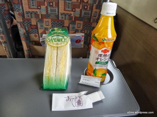 Sándwich de huevo y juego de naranja por 330 yen
